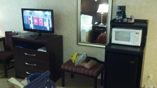 Holiday Inn Express Prince Frederick: Fridge and microwave in room, flat screen.