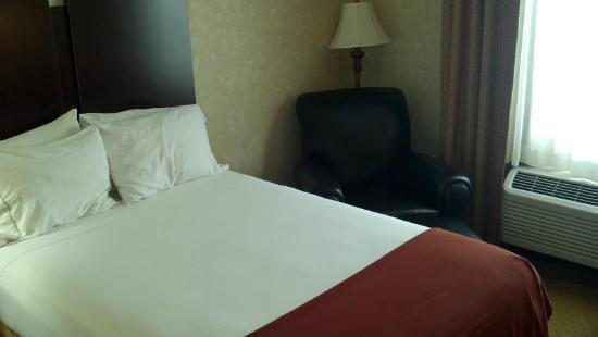 Holiday Inn Express Prince Frederick: 2 double beds instead of queens.
