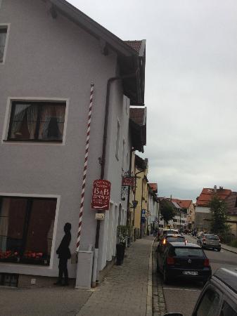 Gastehaus Schoeberl: Outside/side of hotel from road