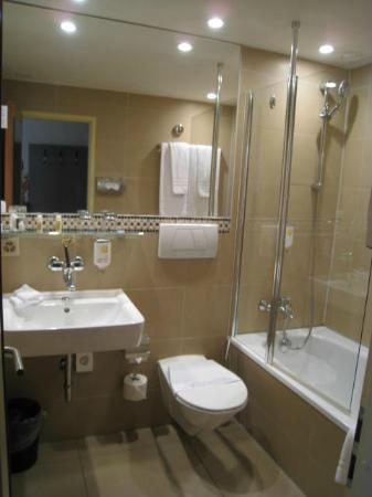 Hotel Interlaken: 浴室明亮