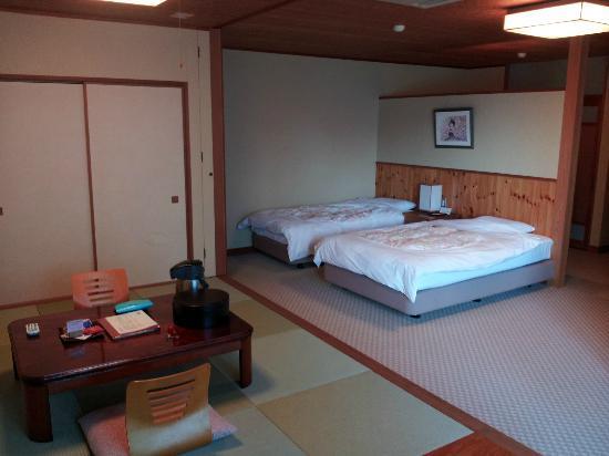 Hiraturu: お部屋、手前がセミダブル奥はシングル