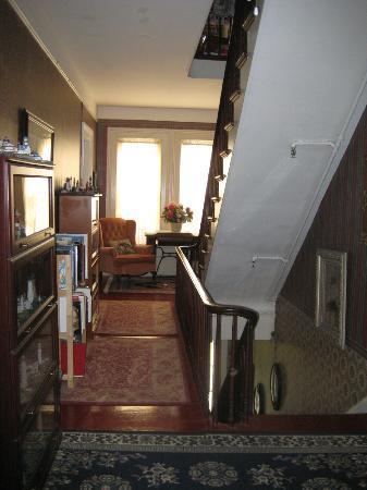 Raymond House Inn: 2nd floor hallway