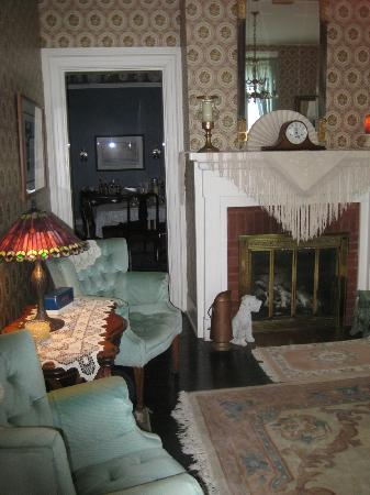 Raymond House Inn: living area