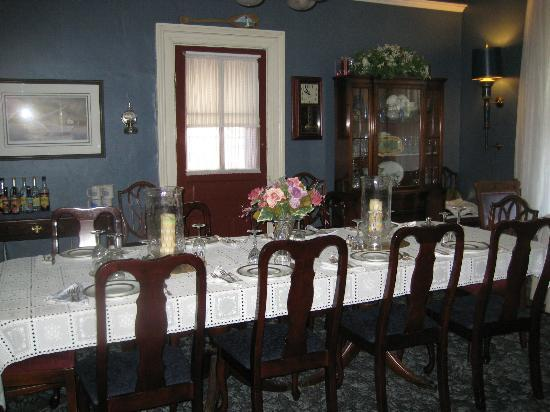 Raymond House Inn: dining room
