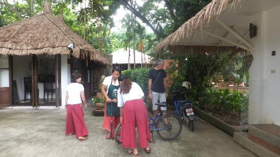 Baannamping Riverside Village: Staff getting bicycles ready