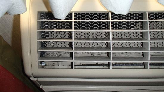 Comfort Suites: Filthy air conditioner vent.