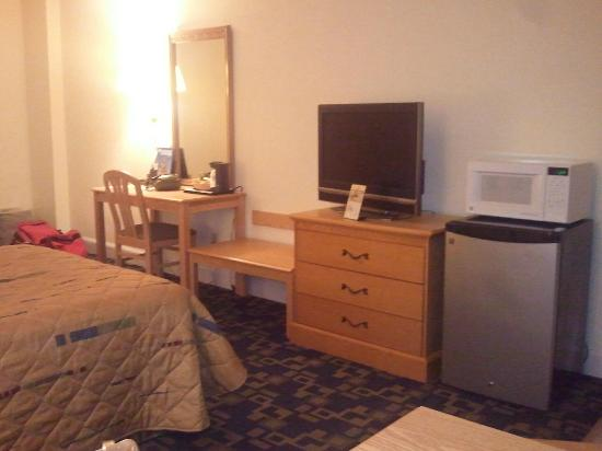 Days Inn Virginia Beach Oceanfront: Desk and dresser