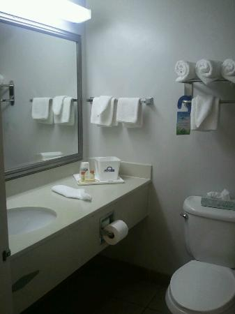 Days Inn by Wyndham Virginia Beach Oceanfront: Bathroom