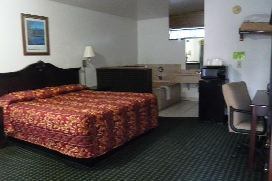 Jamestown Railtown Motel: King bedroom