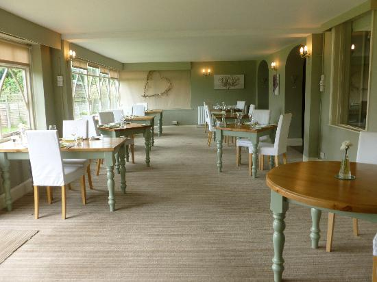 Orles Barn Hotel: tastefully decorated dining room