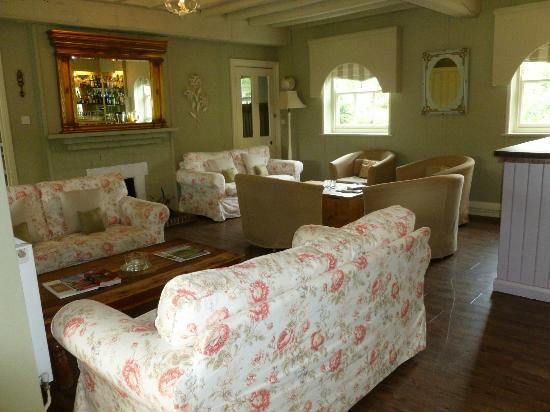 Orles Barn Hotel: cosy lounge area by the bar.