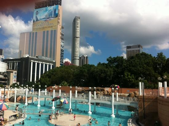 Sunny Day Hotel (Tsim Sha Tsui): swimming pool across the road in the park