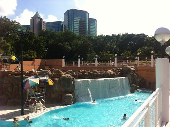 Sunny Day Hotel (Tsim Sha Tsui): pool across the road in the park