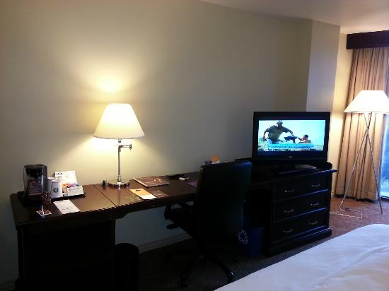 Sheraton Houston Brookhollow Hotel: Room 732 Work Area & HDTV