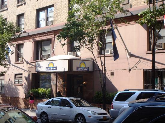 Days Inn by Wyndham Hotel New York City-Broadway: L'ingresso dell'hotel
