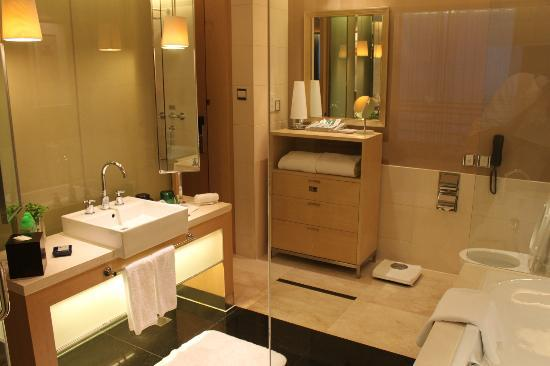 Royal Garden Hotel: Impressive large bathroom with cabinets