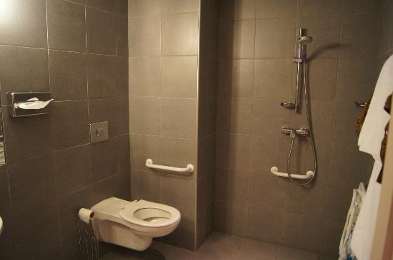 Kyriad Bourgoin Jallieu : Salle de bain