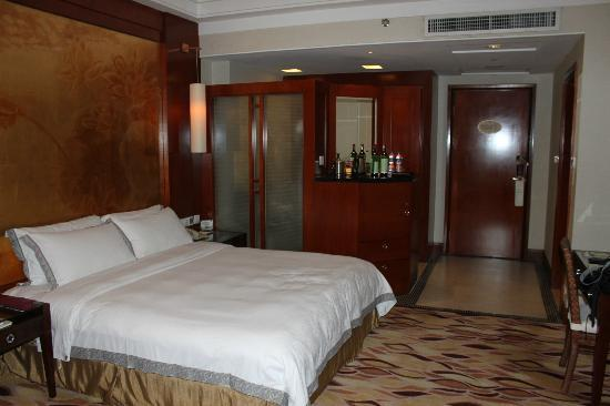 Goodview Hotel Tangxia: Room and bed