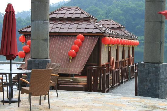 Goodview Hotel Tangxia: Boathouse on lake