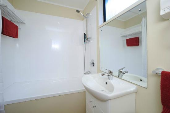 Tudor Court Motor Lodge: Executive Studio Bathroom