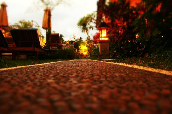Rama Shinta Hotel: path along bungalows