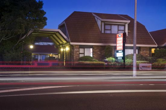 Tudor Court Motor Lodge : Motel Night View