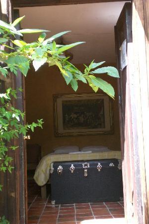 Hotel Hacienda Los Morales: camera con antico baule