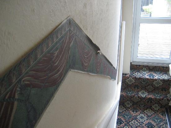 Braemar Hotel Shanklin : peeling wallpaper