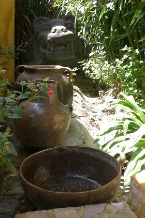 Hotel Hacienda Los Morales: giardino/vasellami