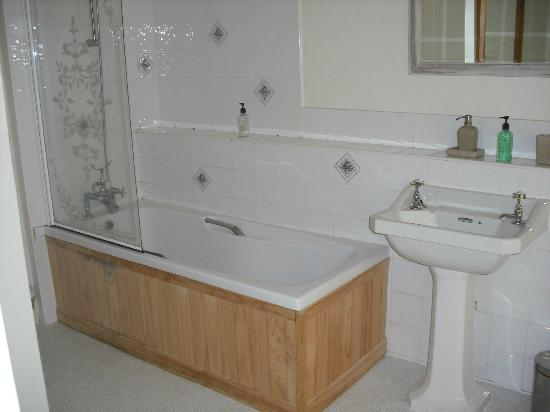 Victory Inn: Ensuite bathroom in our double room