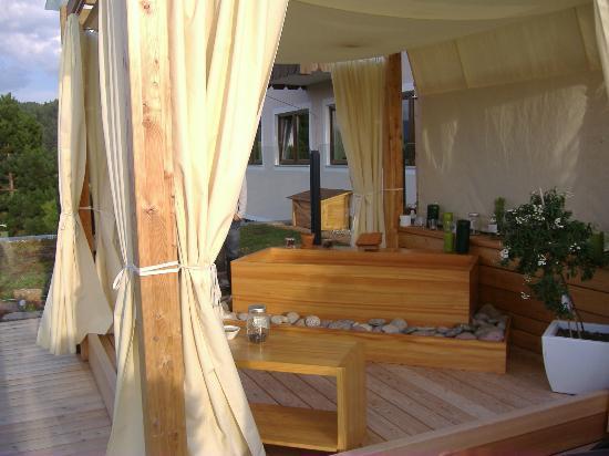 Vasca Da Bagno Nova : Angolo esterno della spa con vasca in legno per bagno aromatico