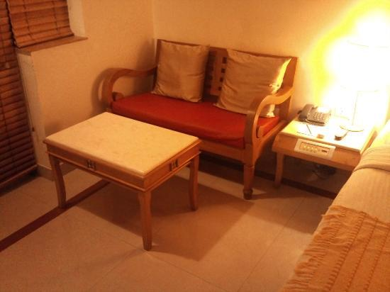 Casa De Goa Boutique Resort: sitting area coffee table