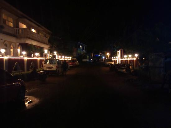 Casa De Goa Boutique Resort: Night view outside