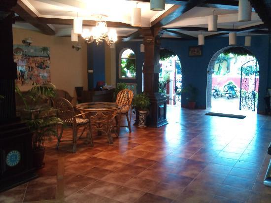 Casa De Goa Boutique Resort: Lobby facing towards the entrance
