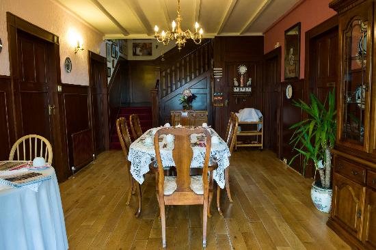 Wetherby House Bed & Breakfast: Elegant dining area with seaviews