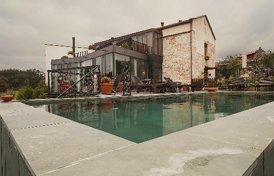 Hotel Quinta de San Amaro: piscina y edificio principal