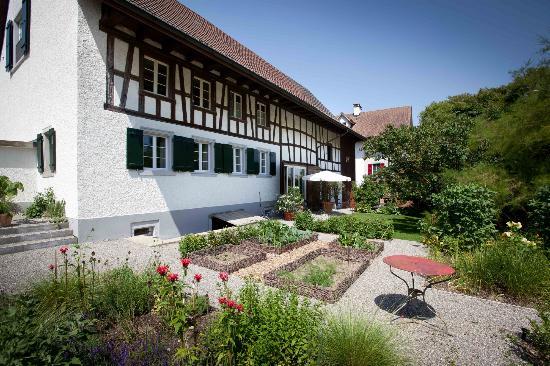 Bed & Breakfast Gätzibrunnen: Aussenansicht mit wunderschönem Garten