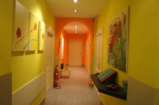 Colors Hotel: couloir de la réception et salle du petit déjeuner