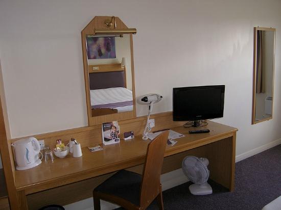 Premier Inn Dudley (Kingswinford) Hotel: TV and Free Tea/Coffee