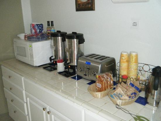 Bayfront Inn: Galley self serve breakfast