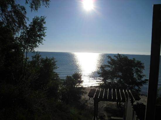 Harbourfront Motel: Sunrise over Lake Huron from the beach steps