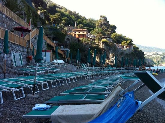 Vico Equense, Italia: Spiaggia dello Scrajo alle 9.00