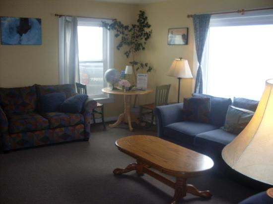 Hostelling International-Pigeon Point Lighthouse Hostel: Lounge (Whale house)