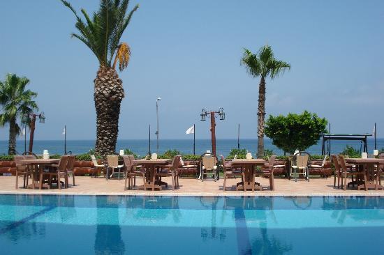 Valeri Beach Hotel Kemer: Бассейн, обеденные столы, вид на море