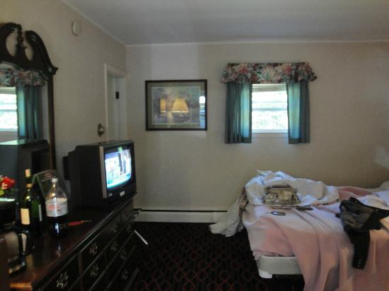 Perry's Motel & Cottages: could update the tvs!