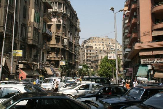 Rotana Palace: De drukke straat voor het hotel