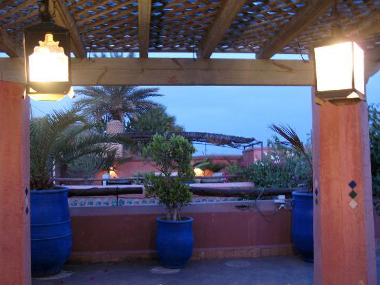 Riad Sekkat: magie des lumières sur la terrasse le soir