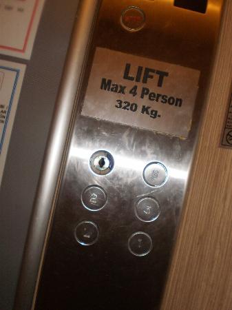 Ozkaymak Alaaddin: Кнопочка лифта на 4 этаж иногда током бьет при контакте с водой.