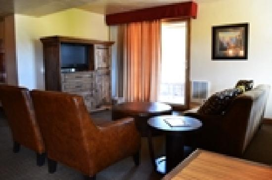 The Lodge at Angel Fire Resort: Executive Room with sitting area -  Alpine Wing
