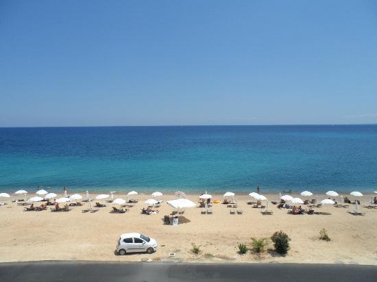 Regina Dell Acqua Resort: View of beach from hotel